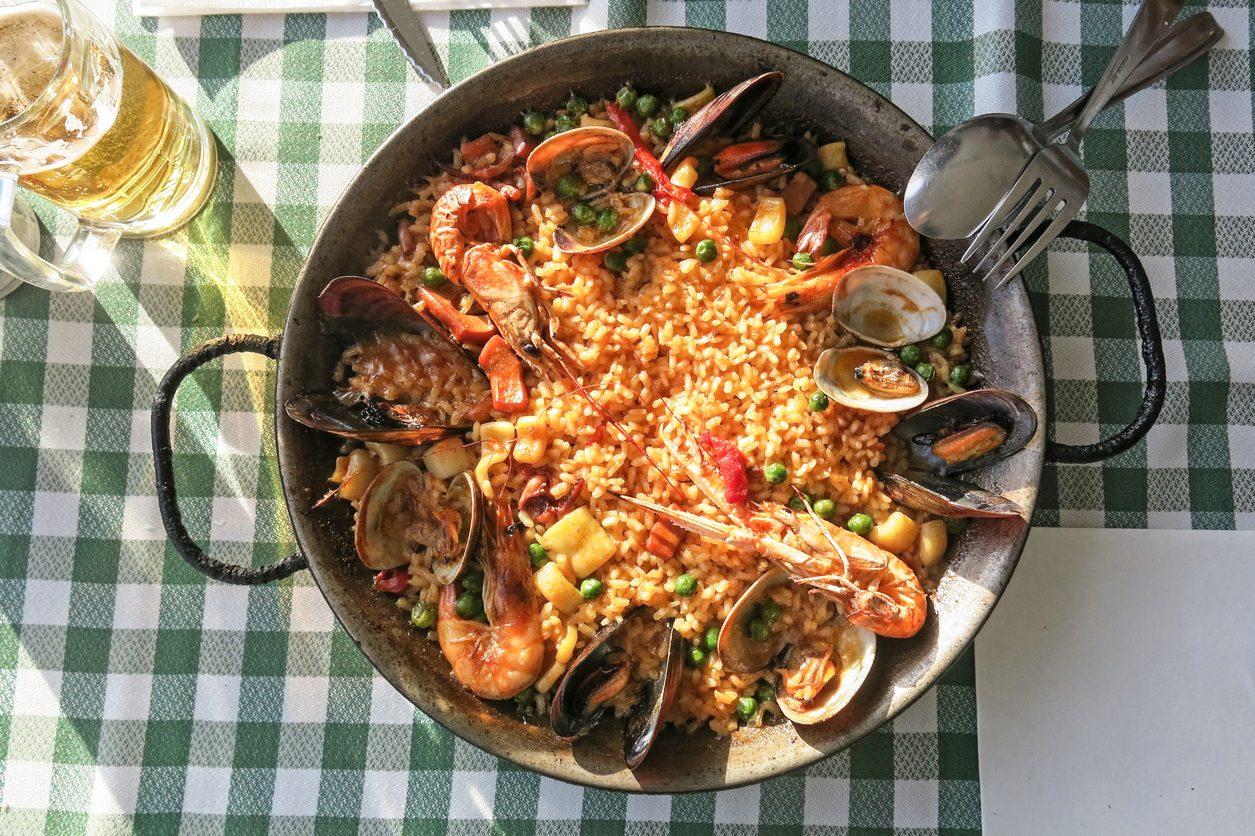 Paella mista: la ricetta della tradizione catalana con carne e pesce