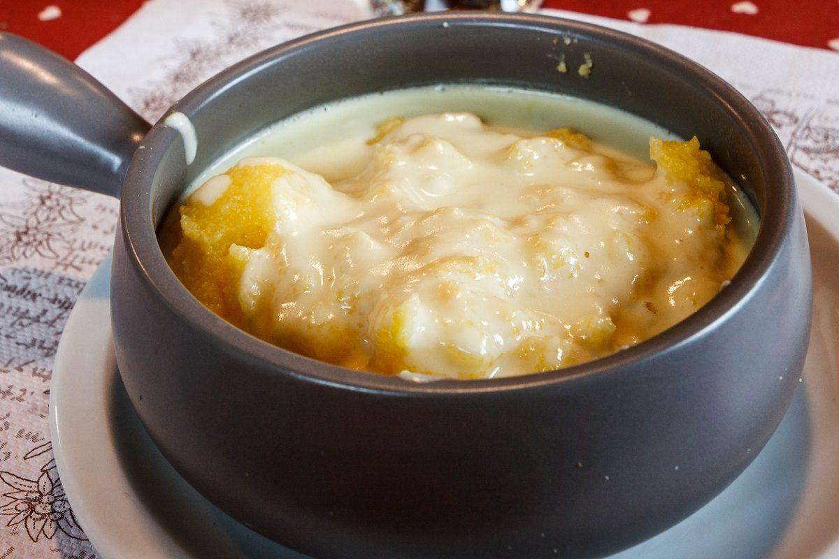 Polenta uncia: la ricetta della cucina lariana con formaggio e burro fuso