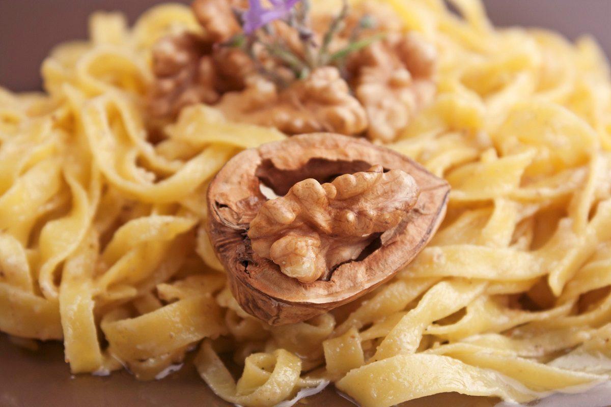 Tagliatelle in salsa di noci: la ricetta della pasta veloce e gustosa