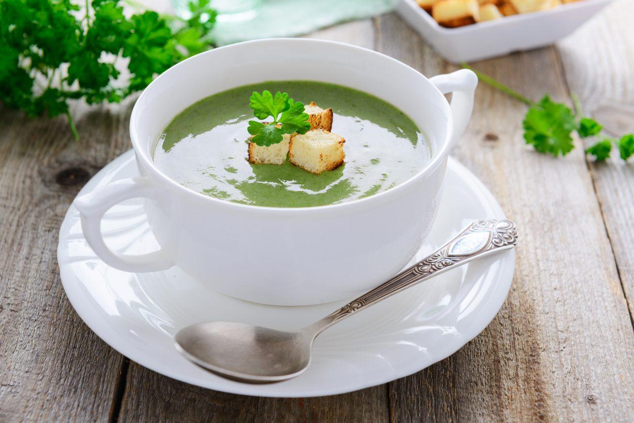 Vellutata di spinaci: la ricetta del comfort food da servire con i crostini