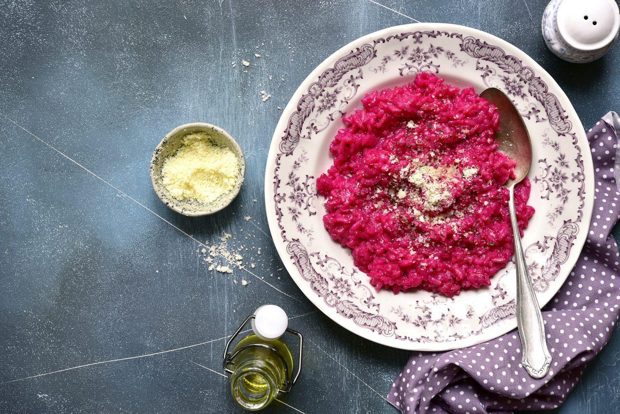 Risotto alla barbabietola: la ricetta del primo piatto cremoso e colorato