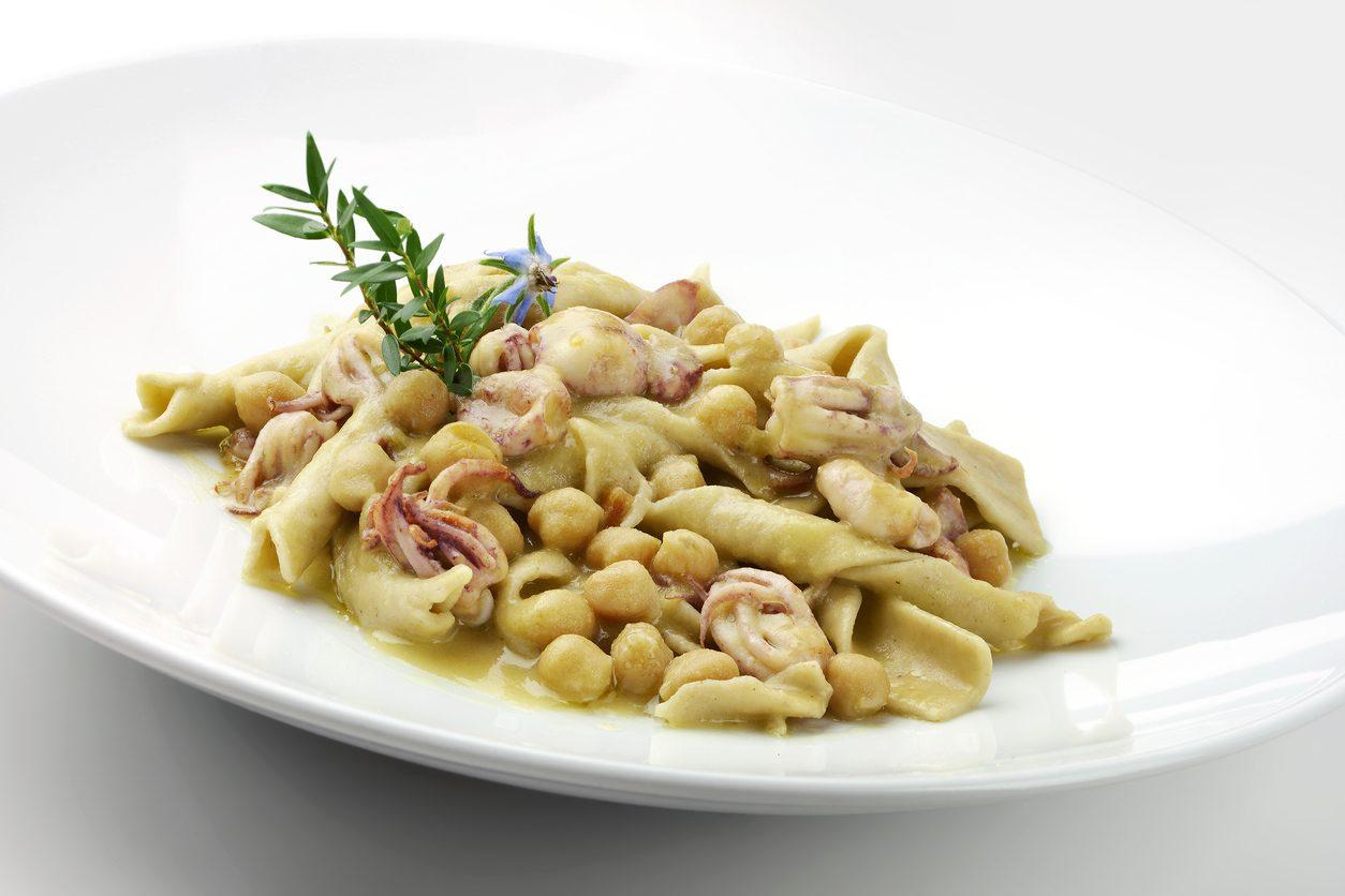 Pasta ceci e calamari: la ricetta del primo piatto originale