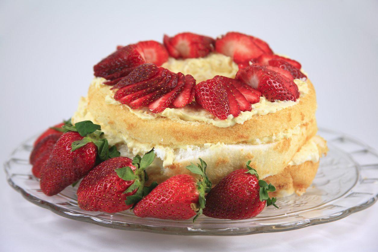 Angel cake farcita: la ricetta della torta sofficissima con crema e fragole fresche