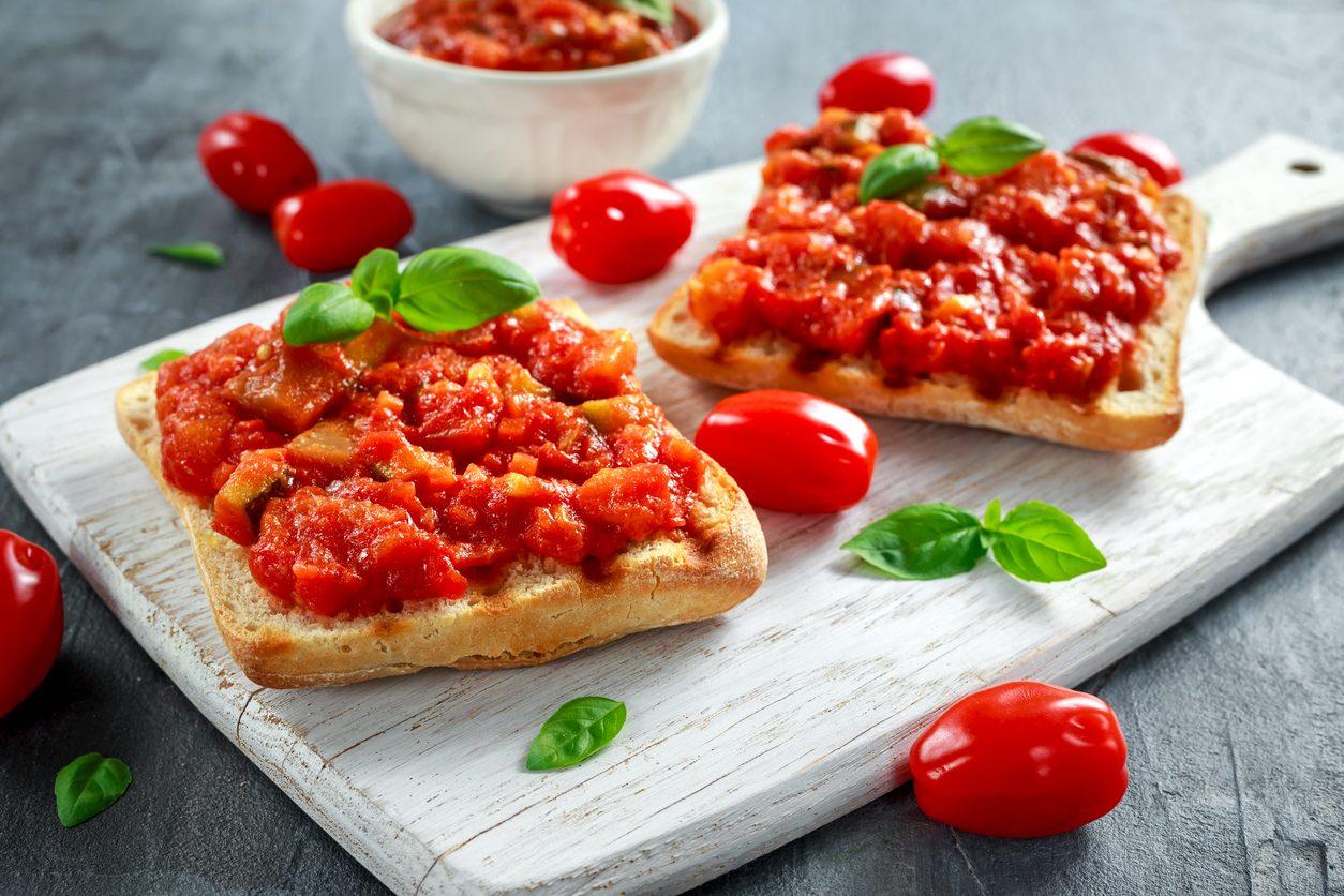 Bruschetta al sugo di pomodoro: la ricetta dell'antipasto veloce