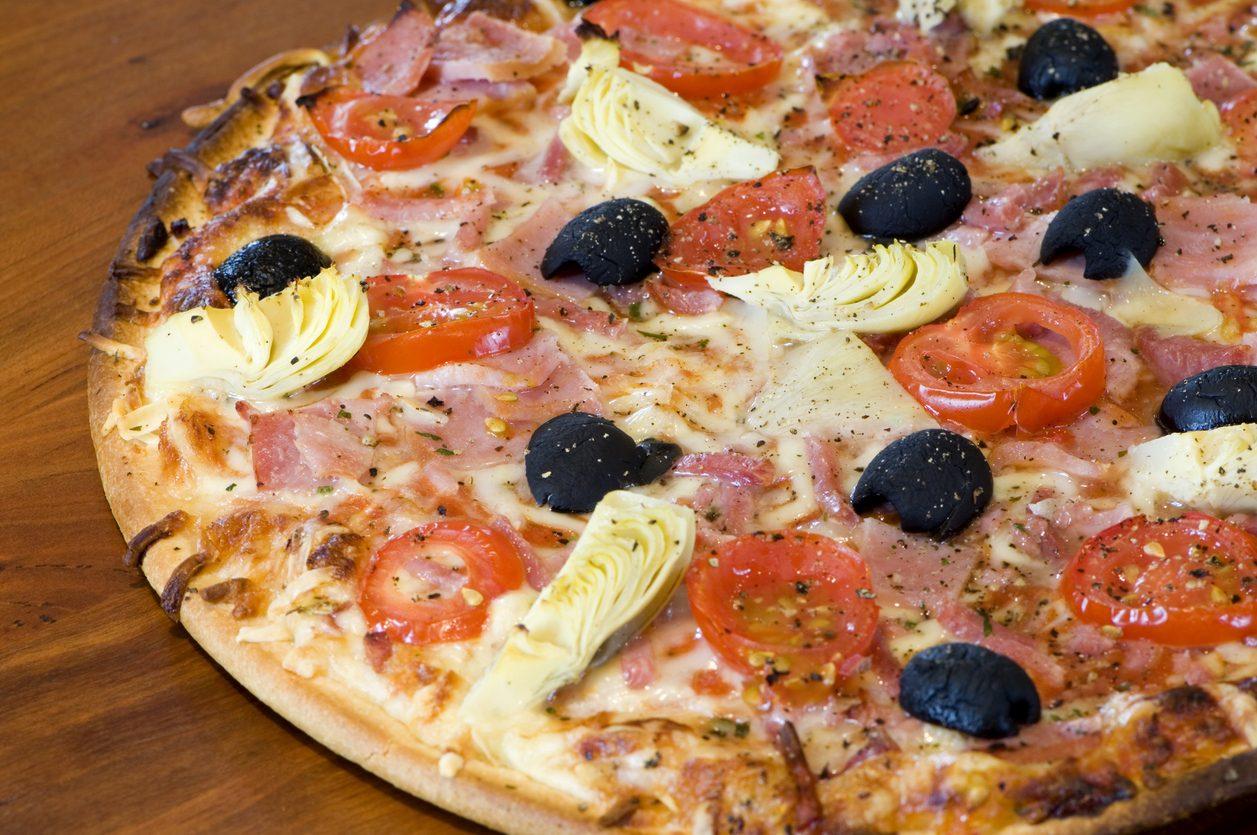Pizza con i carciofini sott'olio: la ricetta con olive, prosciutto cotto e pomodorini