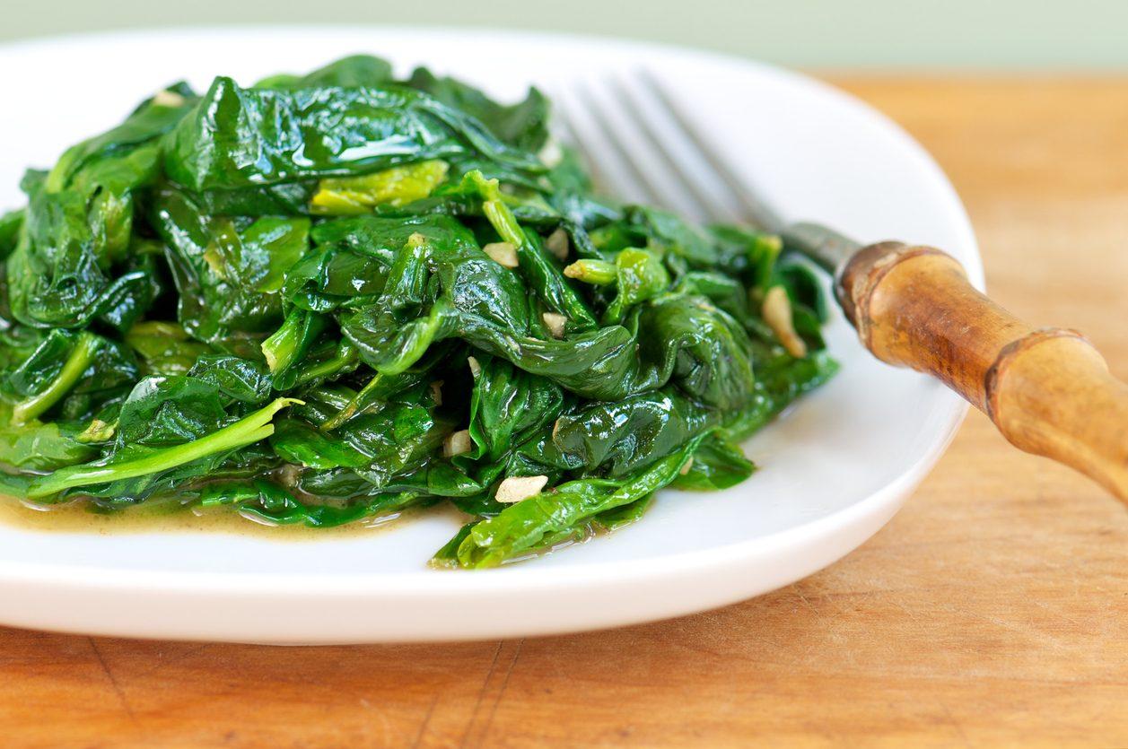 Spinaci in padella: la ricetta del contorno veloce e leggero