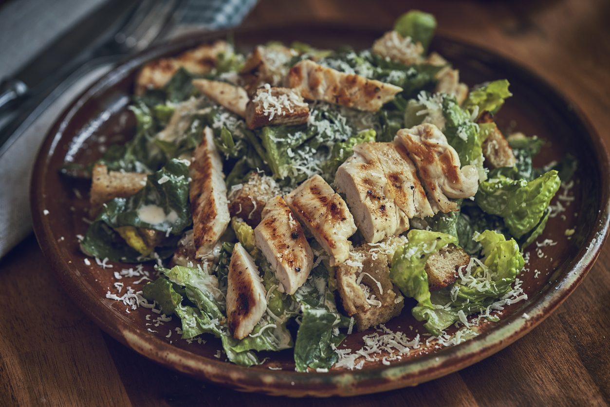Chicken Caesar Salad: la ricetta con il pollo fresco e saporito