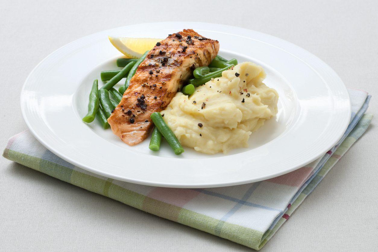Purè di patate con salmone grigliato e fagiolini: la ricetta