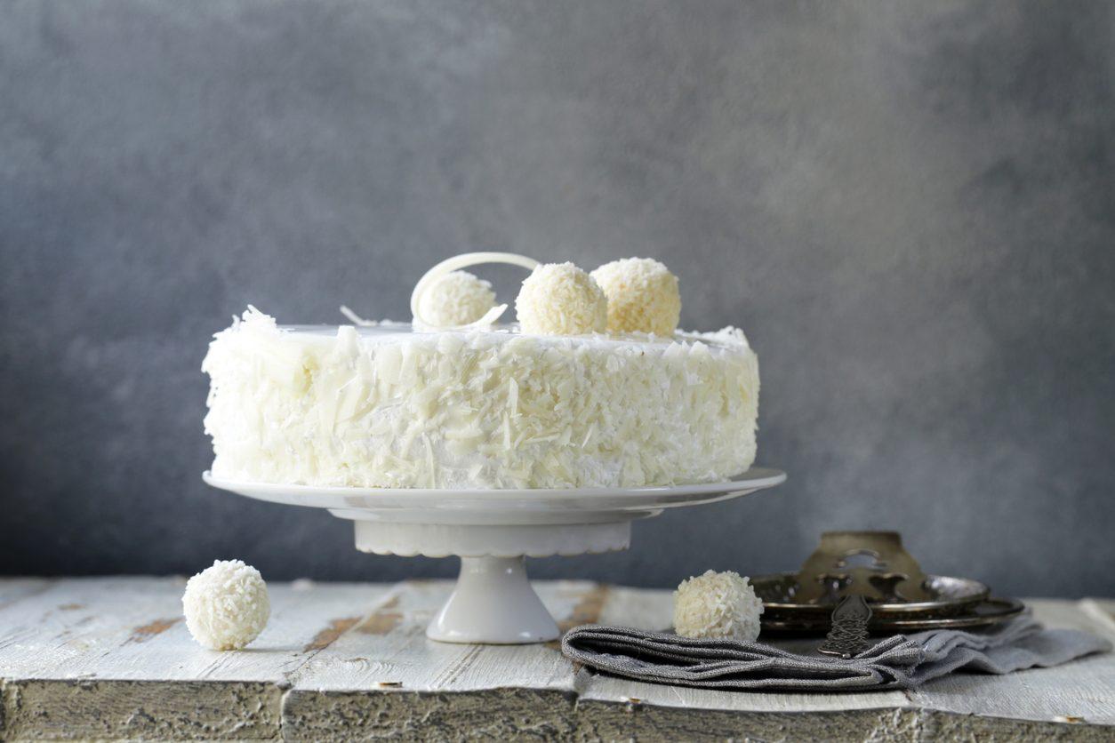 Torta al cocco grattugiato: la ricetta del dolce fresco e goloso