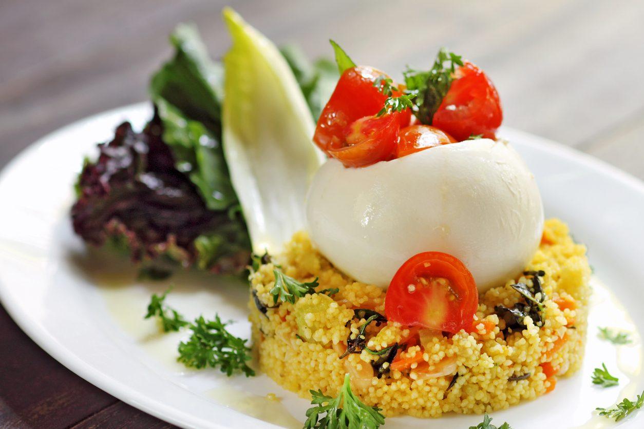 Cous cous con mozzarella di bufala e pomodori: la ricetta del piatto fresco e versatile