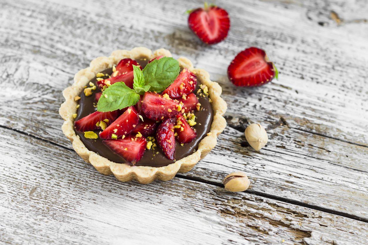 Crostatine con fragole e cioccolato: la ricetta facile dei dolcetti per ogni occasione