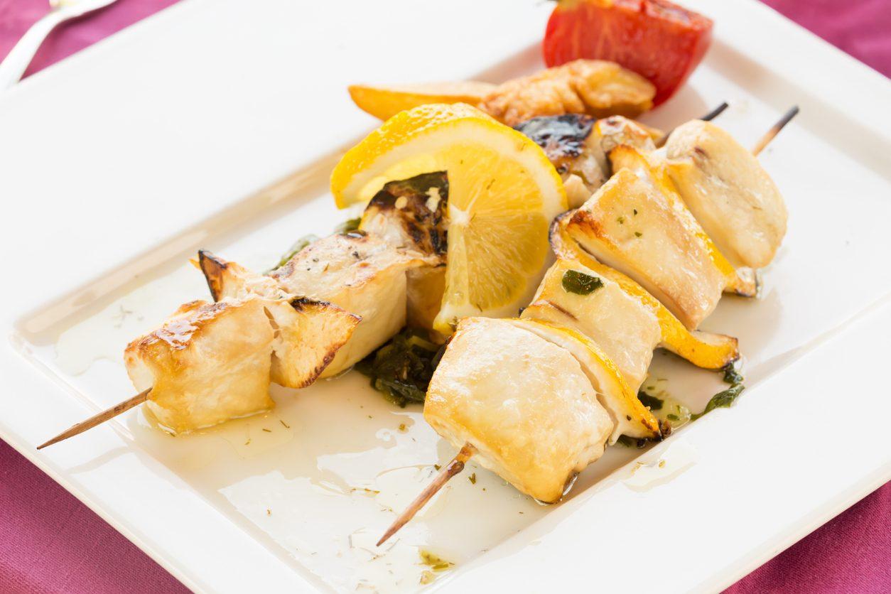 Spiedini di pesce spada: la ricetta per prepararli morbidi sulla piasta o al forno