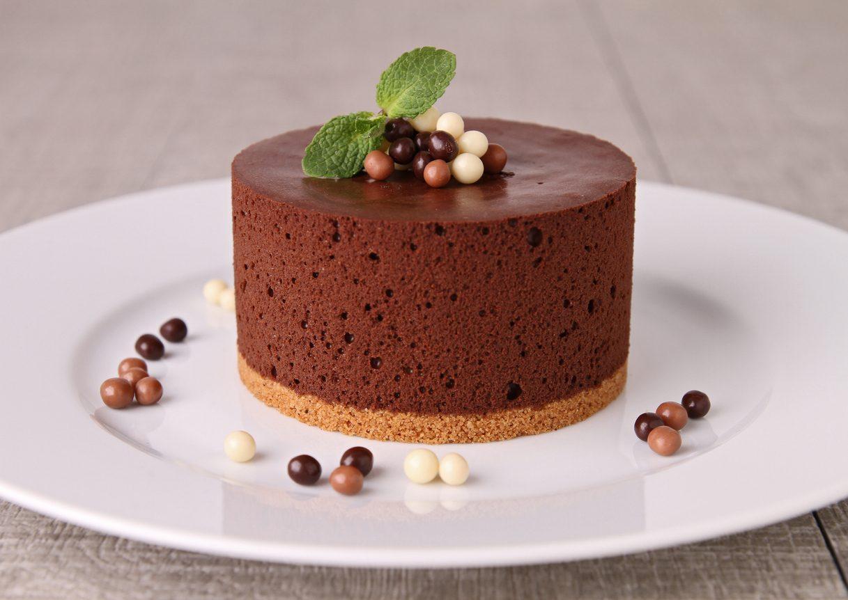 Torta con mousse al cioccolato fondente: la ricetta del dolce cremoso e facile da preparare