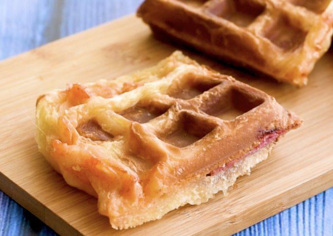 Pizza waffle: la ricetta veloce e sfiziosa con gustoso ripieno