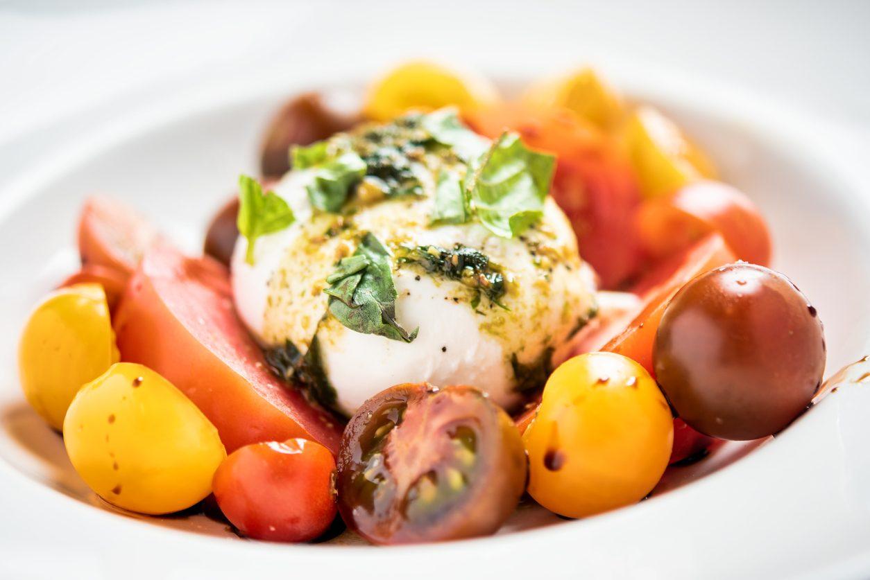 Insalata di burrata e pomodori: la ricetta del piatto leggero per l'estate