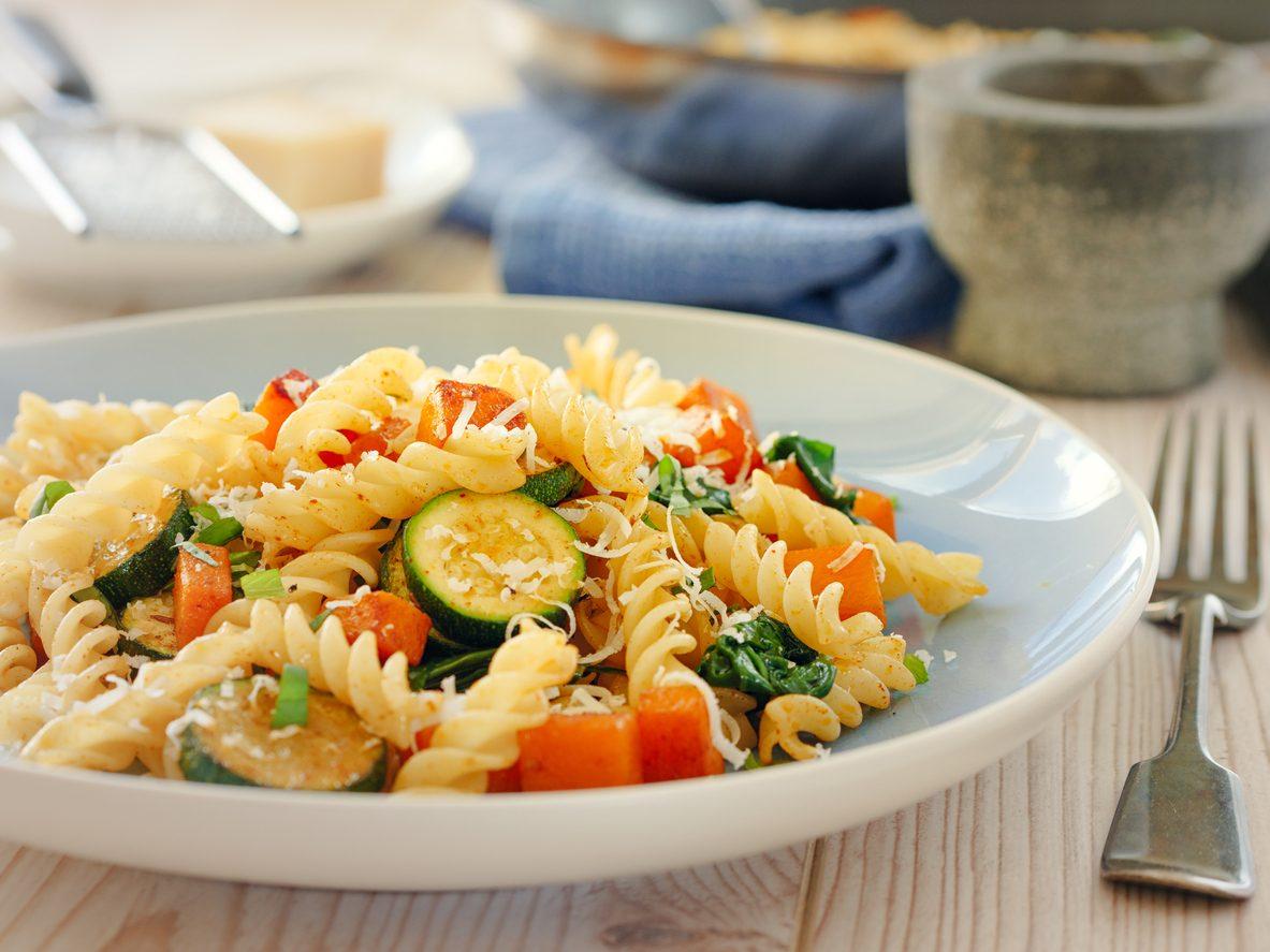 Pasta zucchine e pomodorini: la ricetta del primo piatto facile ed economico
