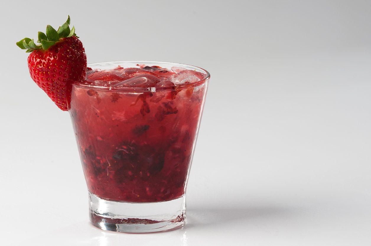 Caipiroska alla fragola: la ricetta del cocktail fresco e raffinato