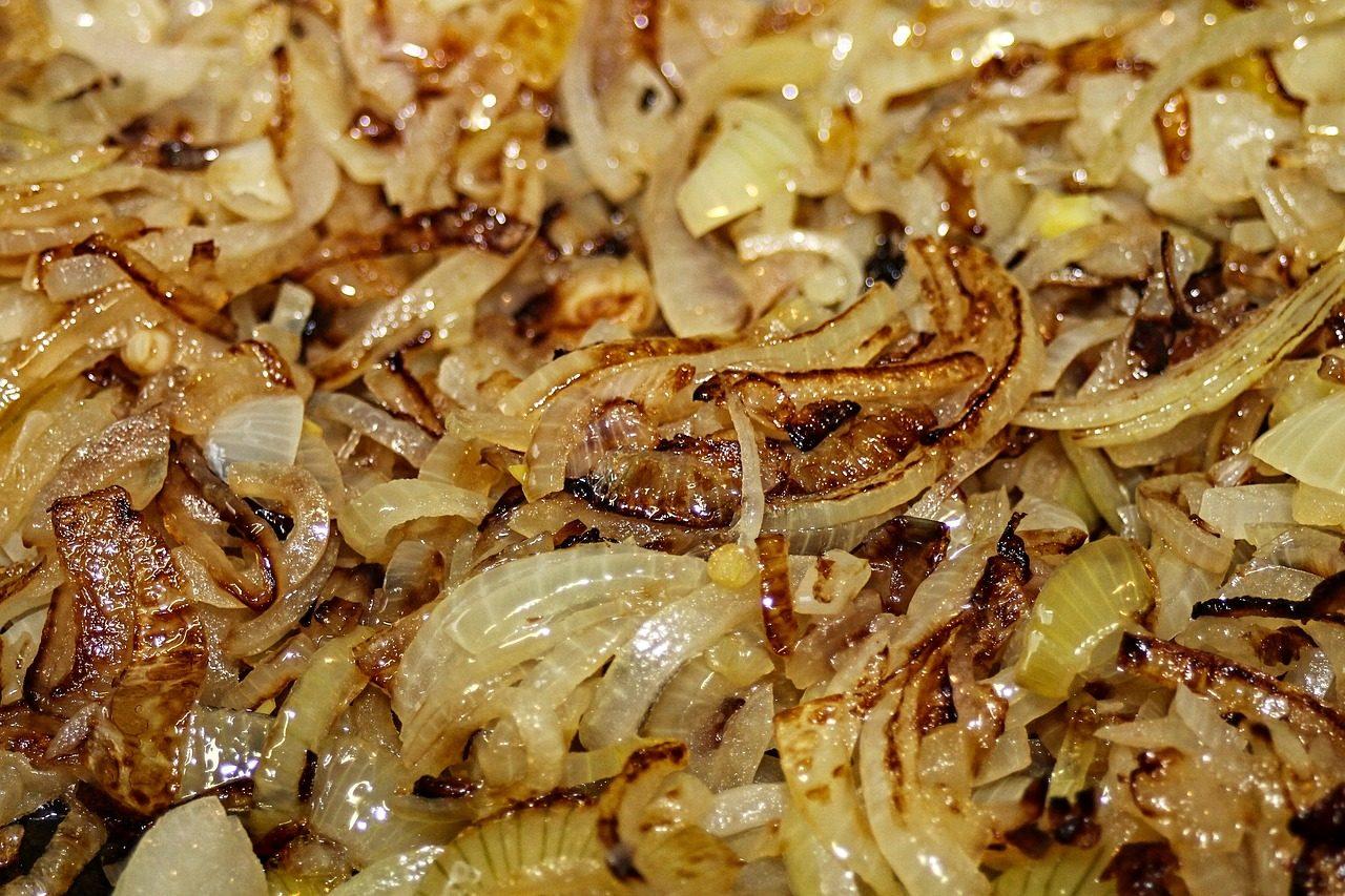Cipolle stufate in padella: la ricetta del contorno semplice e sfizioso