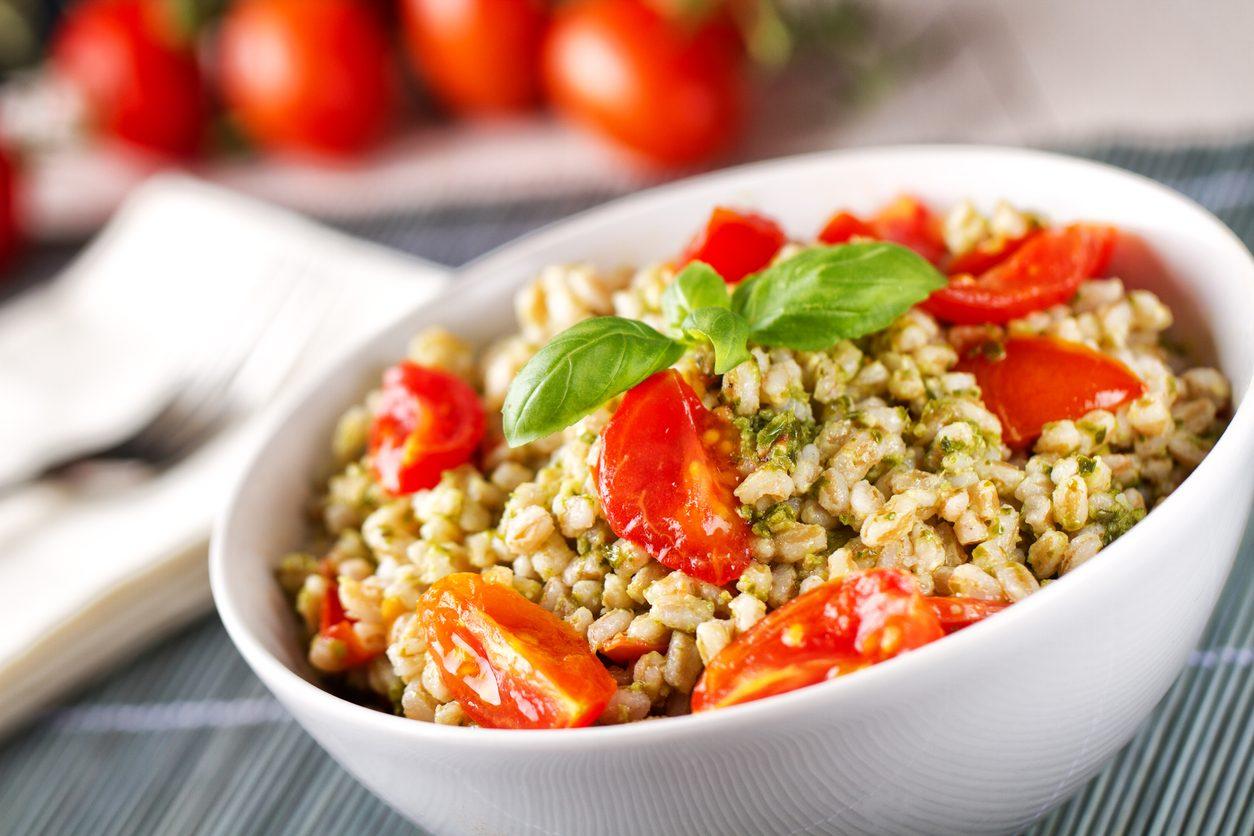 Insalata d'orzo con pesto e pomodori: la ricetta del piatto fresco facile da realizzare