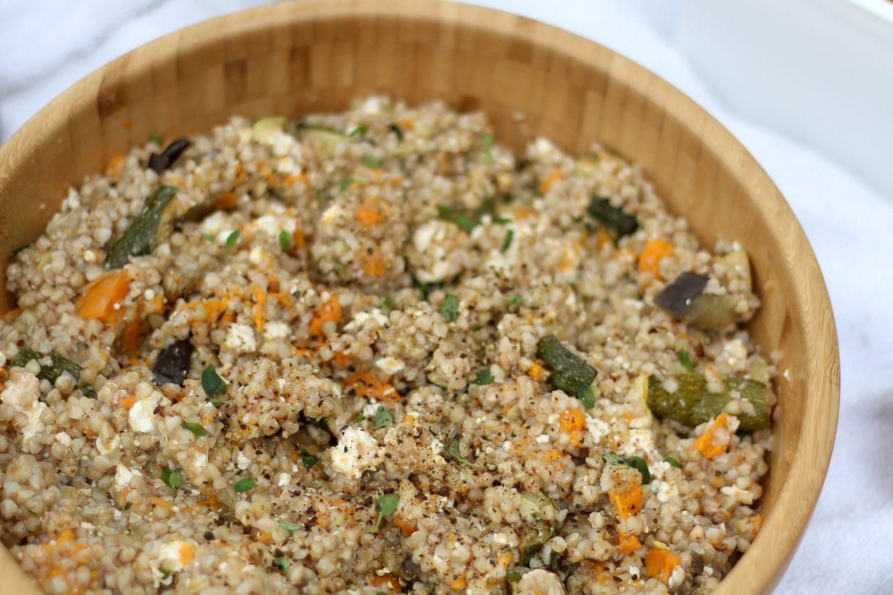 Insalata di grano saraceno con zucchine, feta e carote