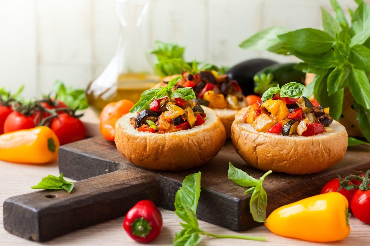 Pagnotte di caponata alla siciliana: la ricetta del contorno sfizioso al forno