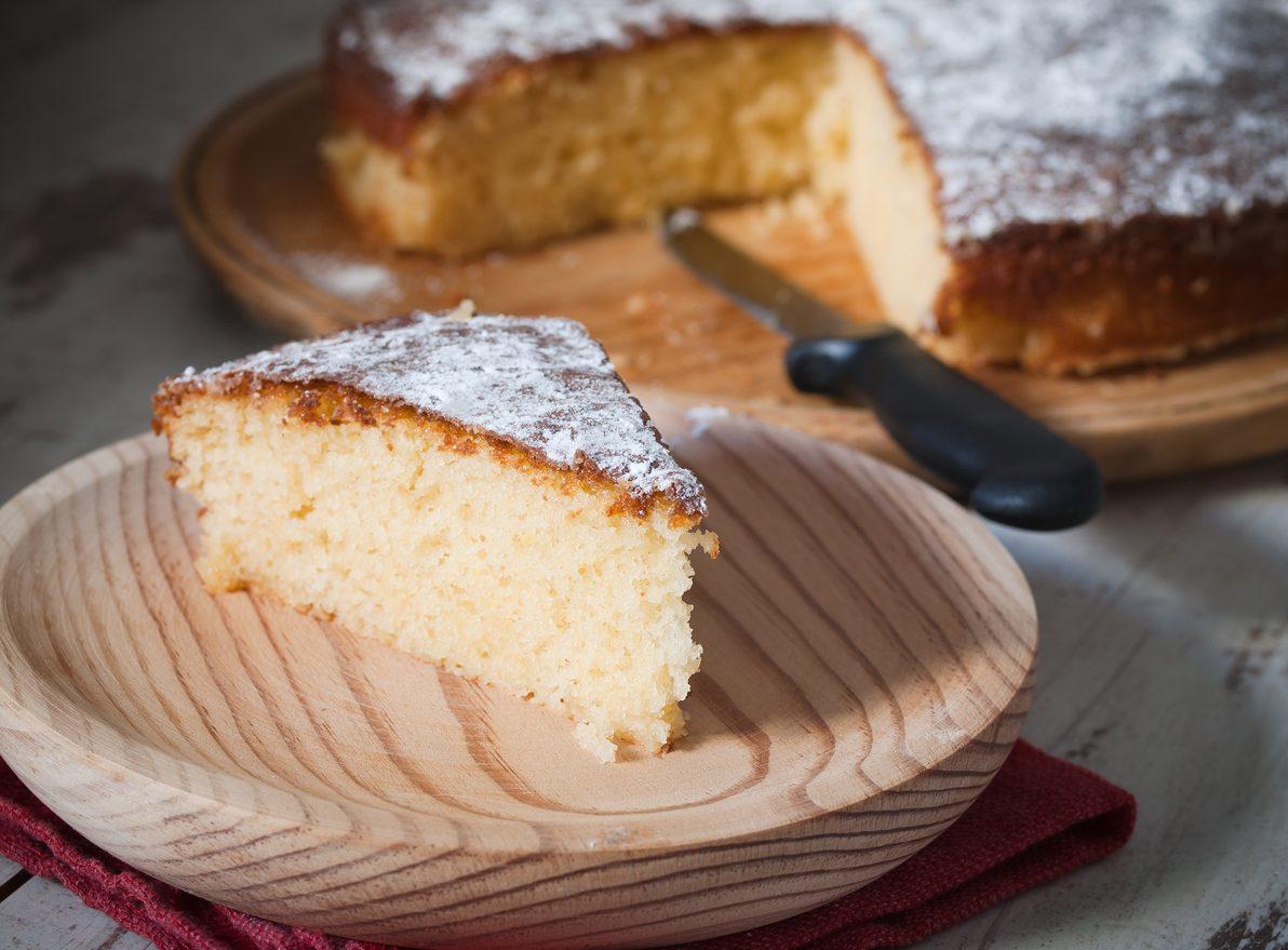 Torta allo yogurt o 7 vasetti: la ricetta per farla alta e soffice