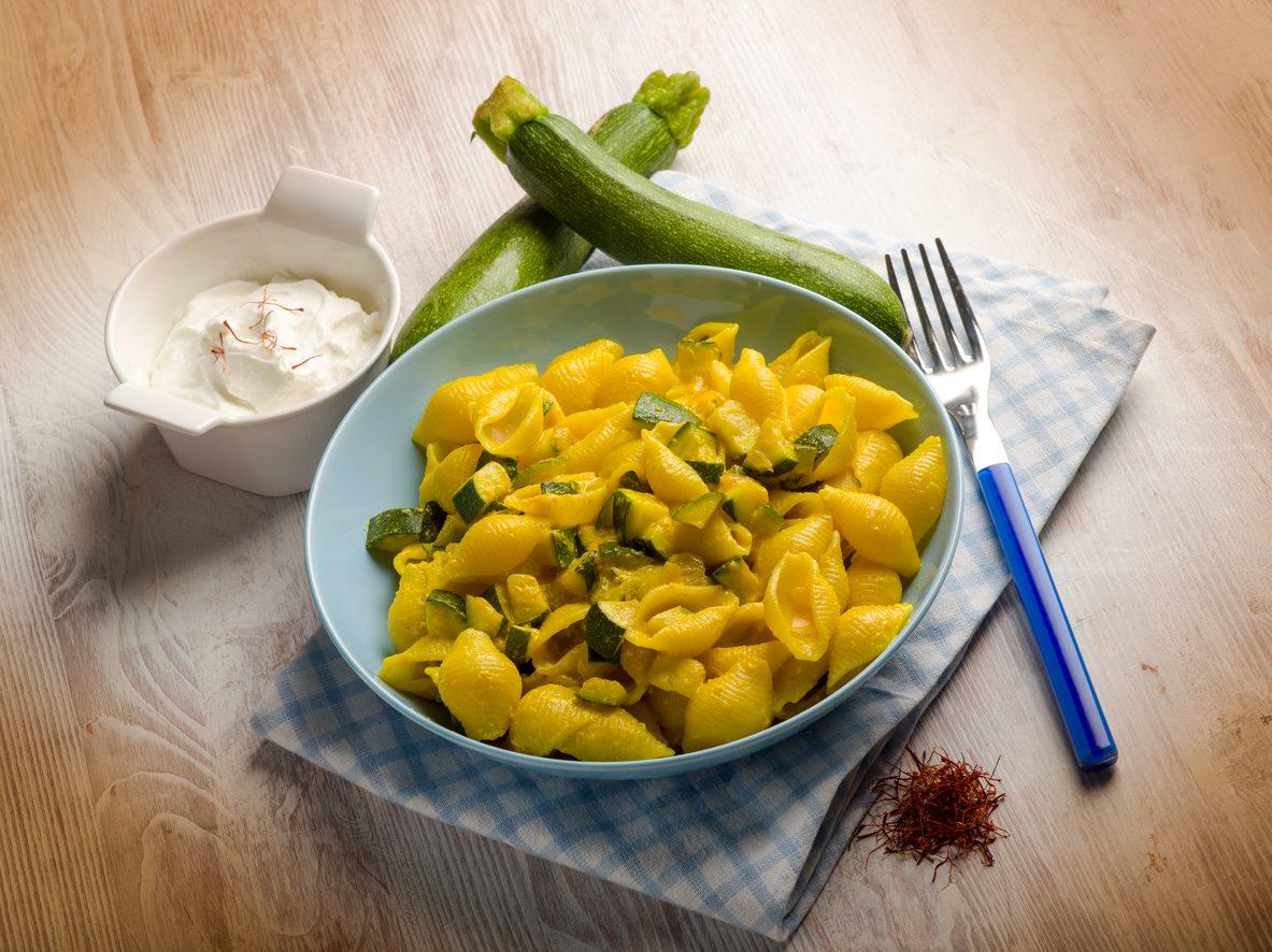Pasta zucchine e zafferano: la ricetta del primo piatto gustoso e colorato