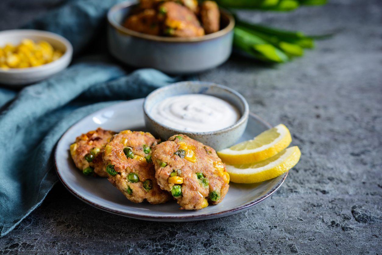 Hamburger di tonno, piselli e mais: la ricetta del secondo piatto leggero e appetitoso