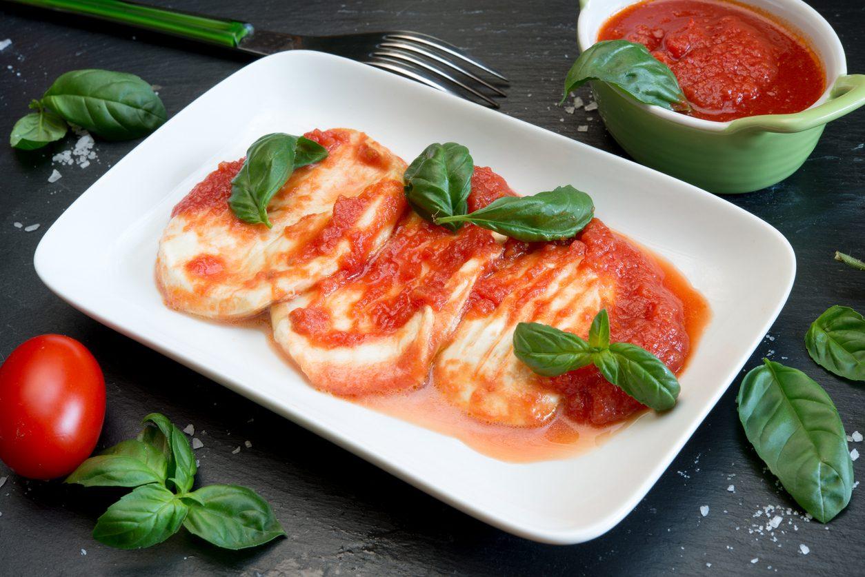 Provola alla pizzaiola: la ricetta napoletana del secondo da preparare in pochi minuti