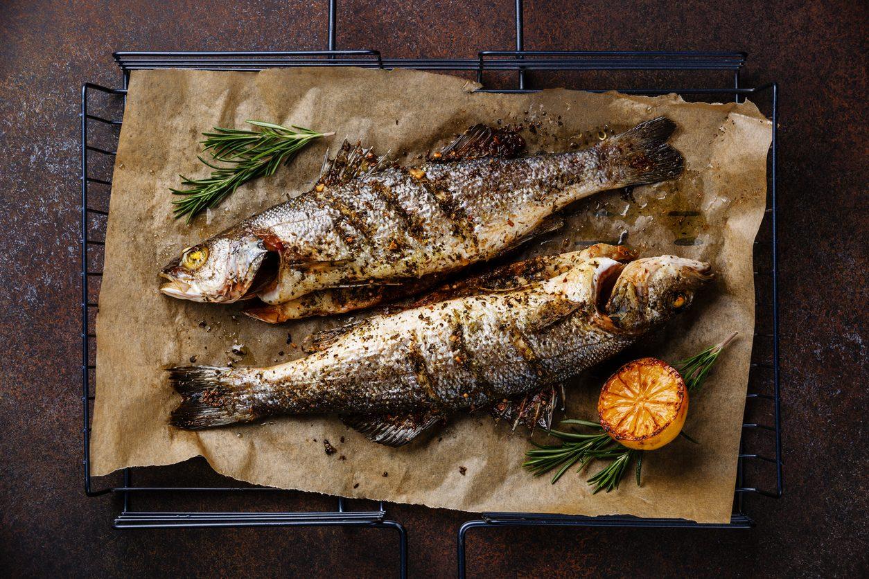 Spigola alla brace: la ricetta del secondo di mare facile da preparare