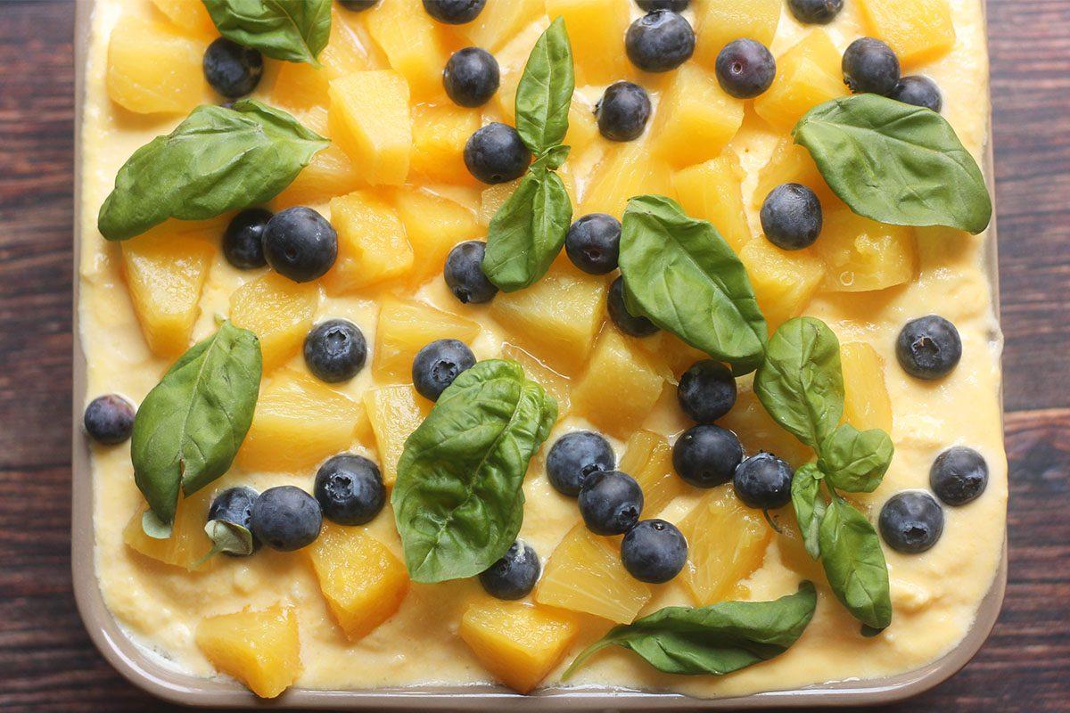 Tiramisù con ananas e mirtilli: la ricetta fresca e golosa