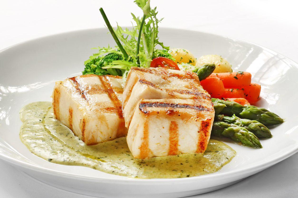 Branzino alla griglia: la ricetta del piatto leggero pronto in pochi minuti