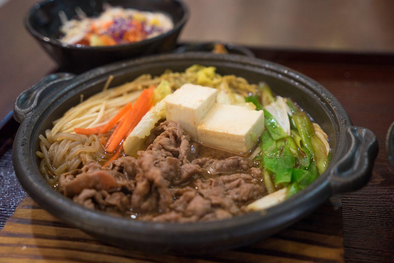 Sukiyaki: la ricetta del piatto tipico della cucina giapponese da servire in pentola