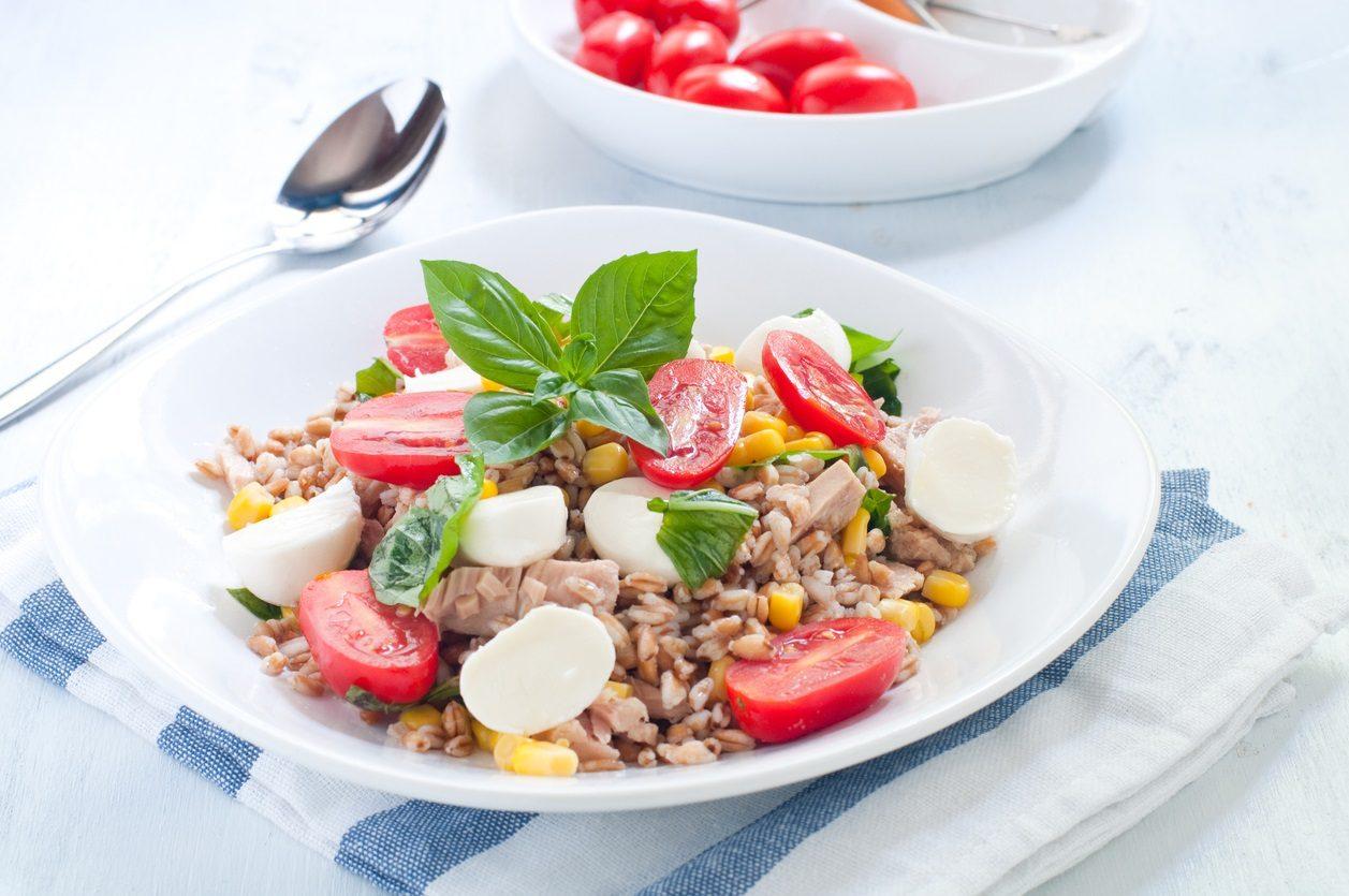 Insalata di farro e tonno: la ricetta del primo piatto estivo facile e gustoso