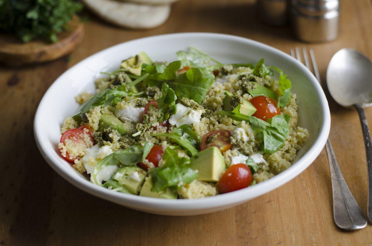 Cous cous al pesto: la ricetta fresca e gustosa con pomodorini e rucola