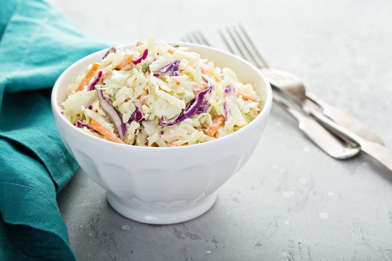 Insalata di cavolo crudo e carote: la ricetta della coleslaw
