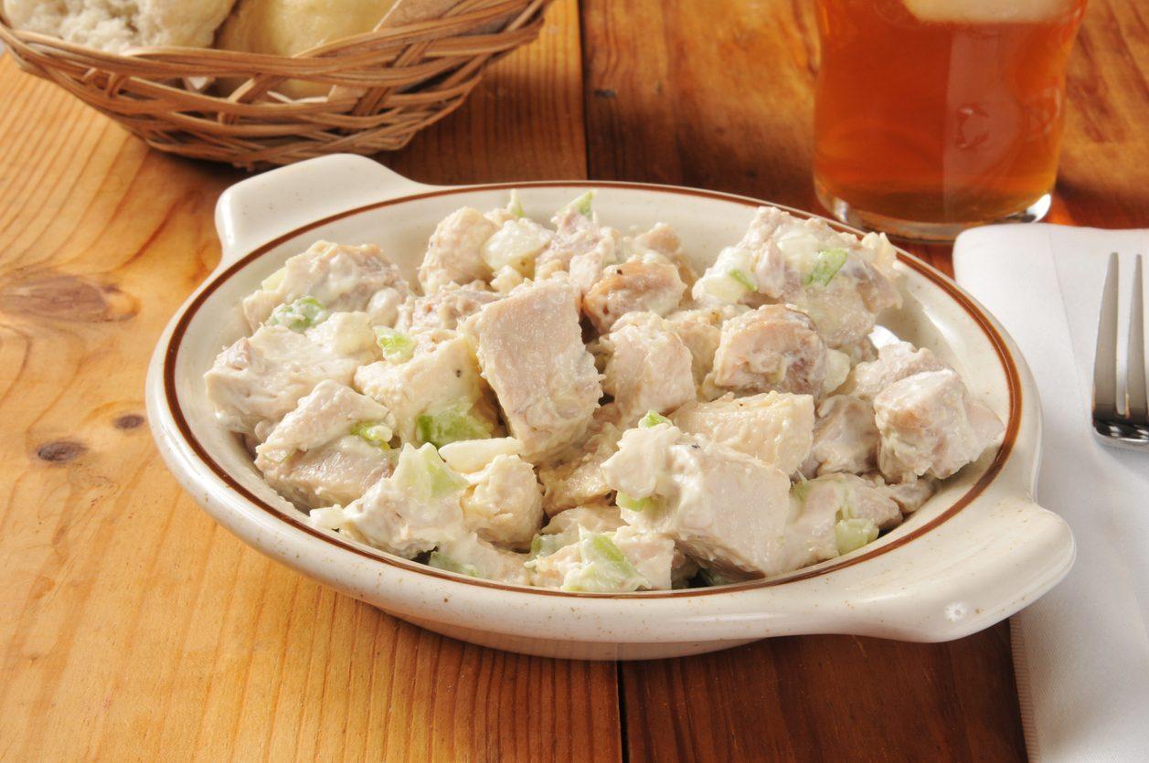 Insalata di pollo e patate: la ricetta cremosa e freschissima