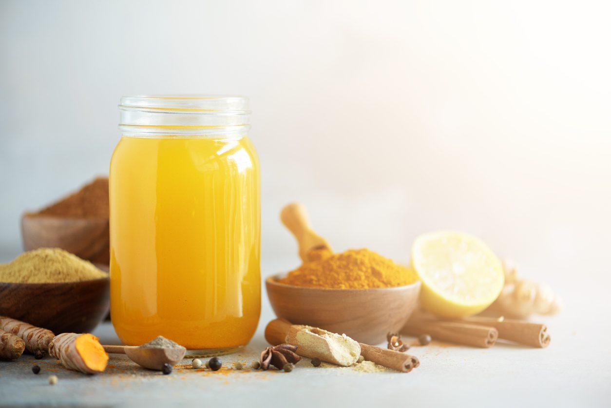 Limonata alla curcuma: la ricetta della bevanda fresca che fa bene all'umore