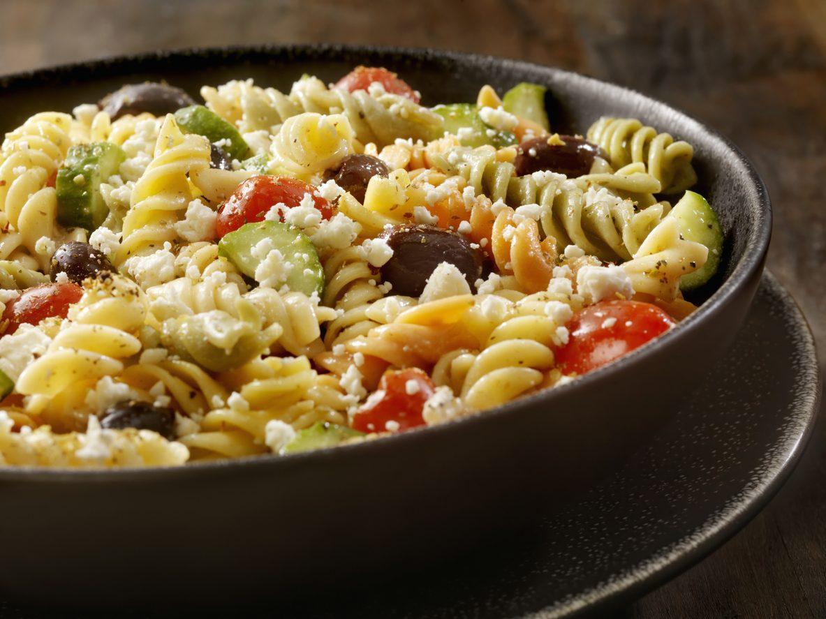 Pasta fredda alla greca: la ricetta del primo piatto con olive e feta