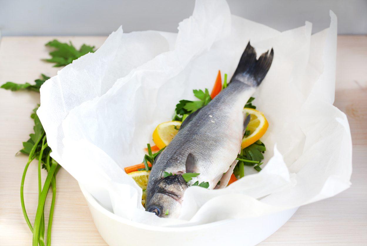 Spigola al cartoccio: la ricetta del secondo piatto all'insegna della semplicità