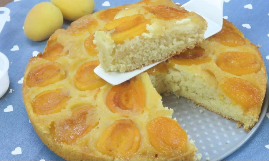 Torta rovesciata di albicocche: la ricetta del dessert morbido e delizioso