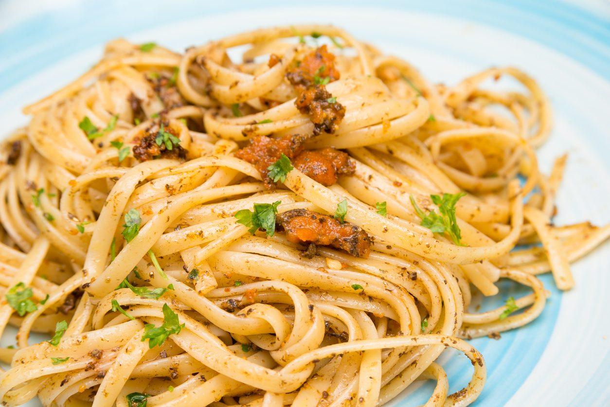 Linguine ai ricci di mare: la ricetta del primo piatto di pesce delicato e saporito