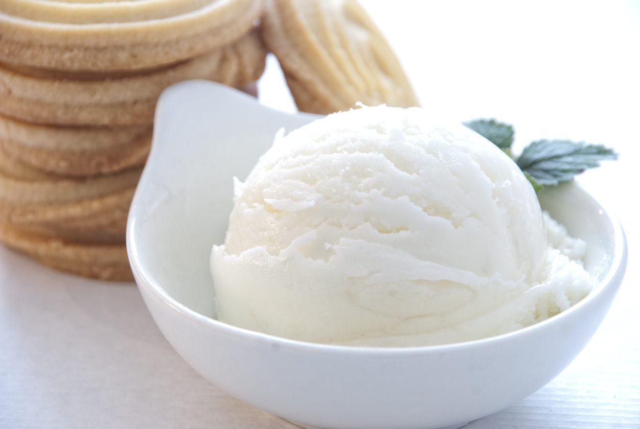 Gelato alla vaniglia: la ricetta facile senza gelatiera e senza uova