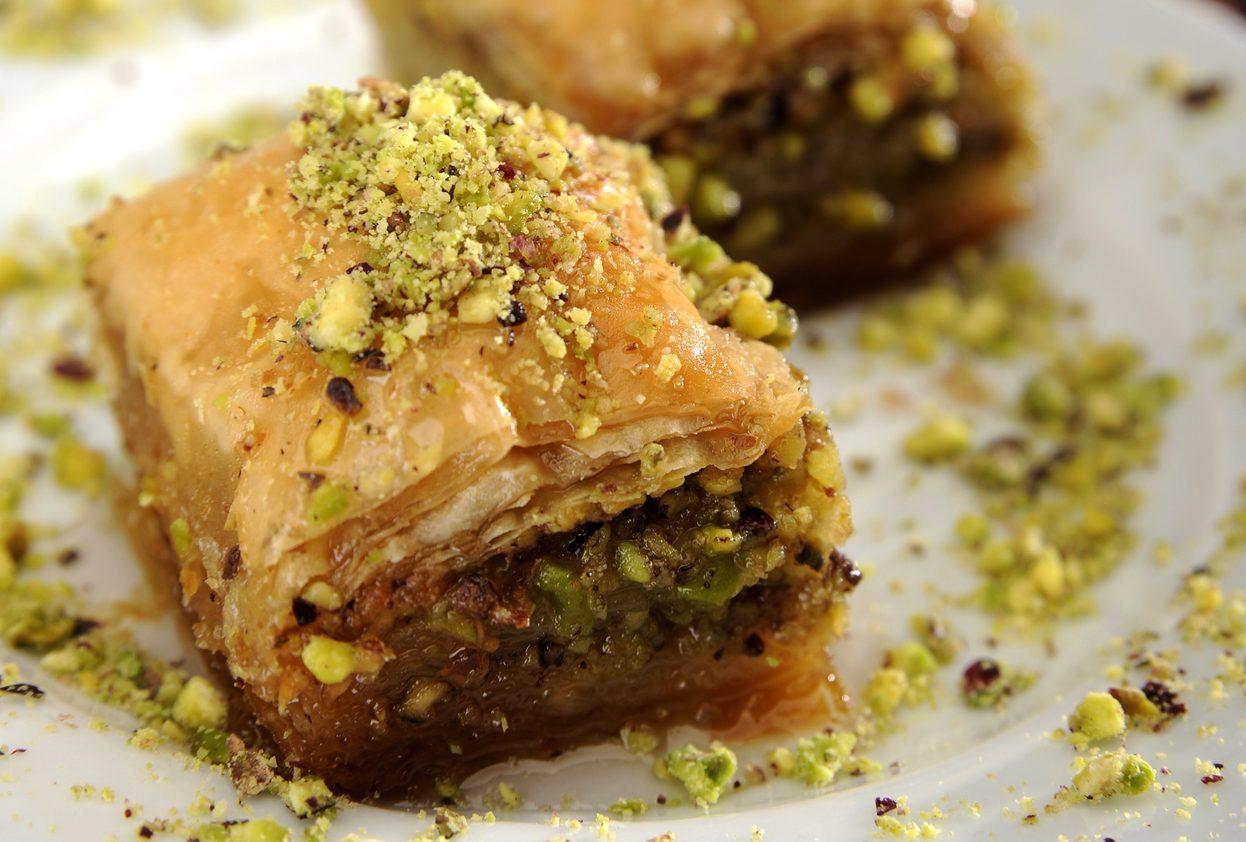 Baklava: la ricetta del dolce a base di pasta fillo, frutta secca e sciroppo di zucchero