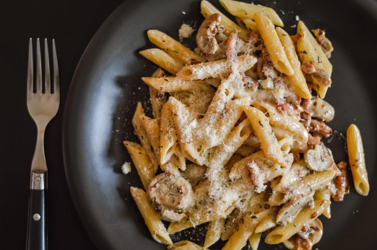 Penne con funghi e pancetta: la ricetta del primo piatto veloce e gustoso