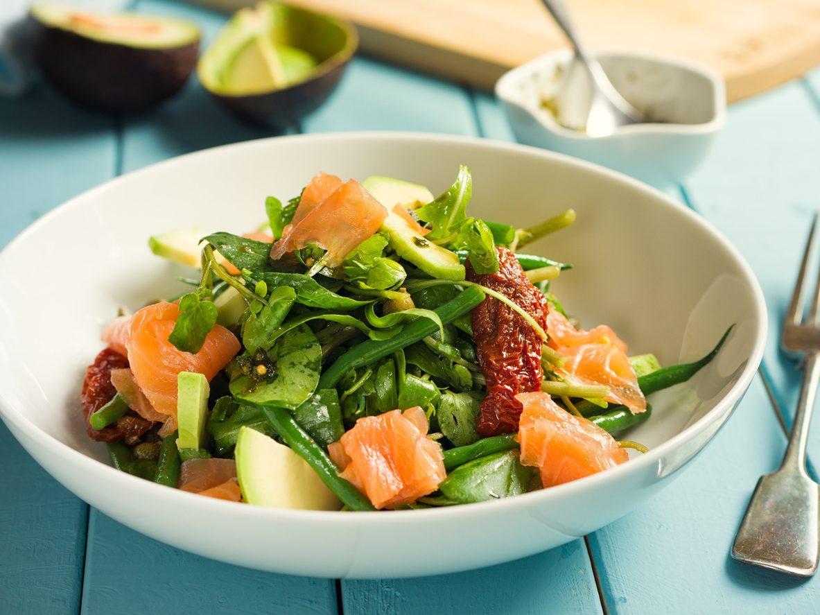 Insalata al salmone affumicato: la ricetta di un piatto fresco e proteico