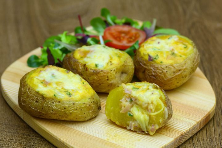 Patate ripiene di frittata: la ricetta al forno ricca e gustosa