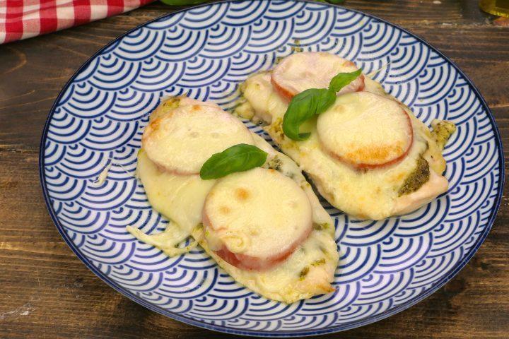 Pollo al pesto: la ricetta veloce e gustosa con pomodori e formaggio