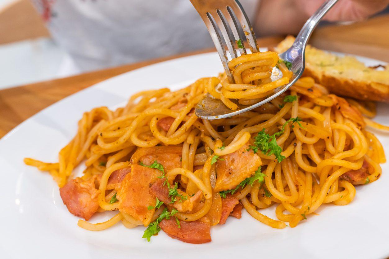 Spaghetti con crema di peperoni: la ricetta della pasta cremosa senza panna