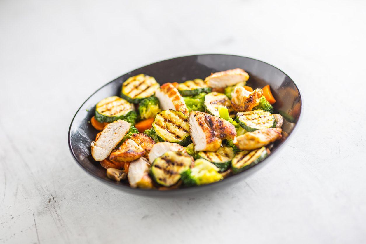 Straccetti di pollo con zucchine e carote: la ricetta del piatto morbido e light